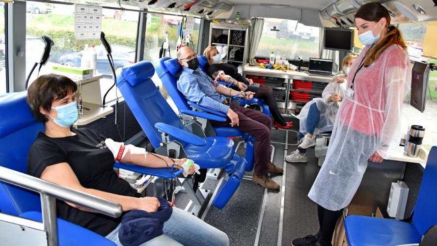 Na zdjęciu krwiodawcy w krwiobusie oddają krew.