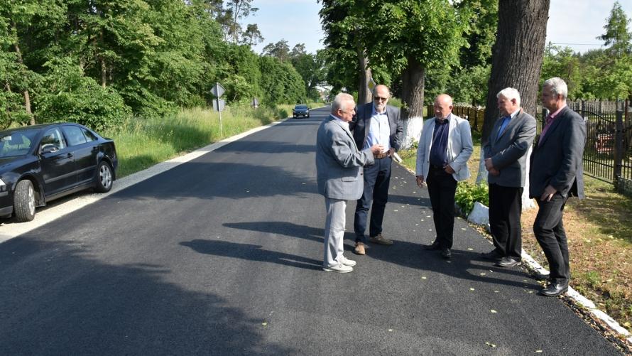 Przedstawiciele inwestora – samorządu Powiatu Oławskiego spotkali się w Wójcicach z wykonawcą, aby dokonać odbioru robót.