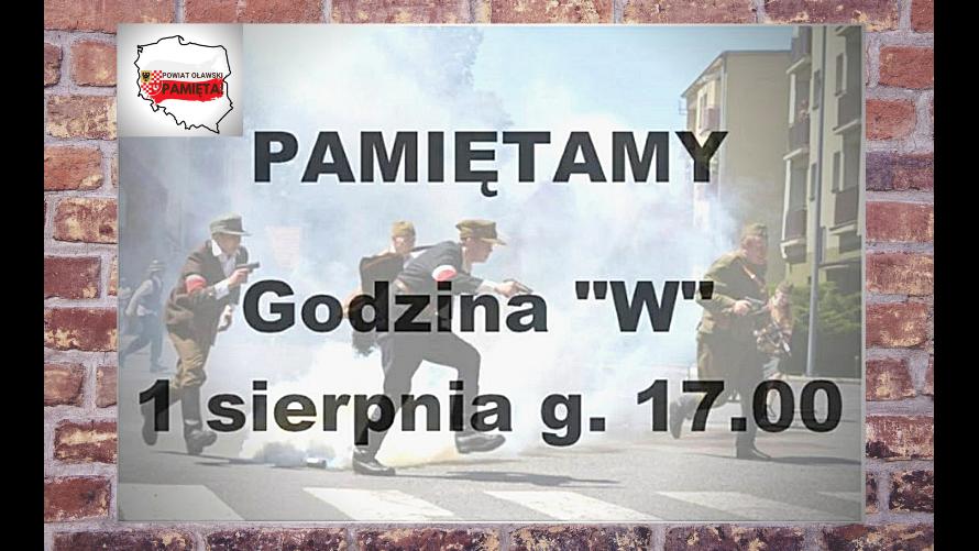 """Zdjęcie rekonstrukcji walk Powstania Warszawskiego. Napis - pamiętamy, godzina """"W"""", 1 sierpnia, 17.00."""
