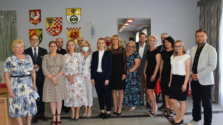 Nauczyciele, którzy w lipcu 2021 przystąpili i zdali egzamin na stopień nauczyciela mianowanego wraz z dyrektorami szkół oraz przedstawicielami samorządu Powiatu Oławskiego.