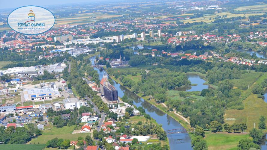 Widok z lotu ptaka - rzeka Odra przepływająca przez miasto Oława.