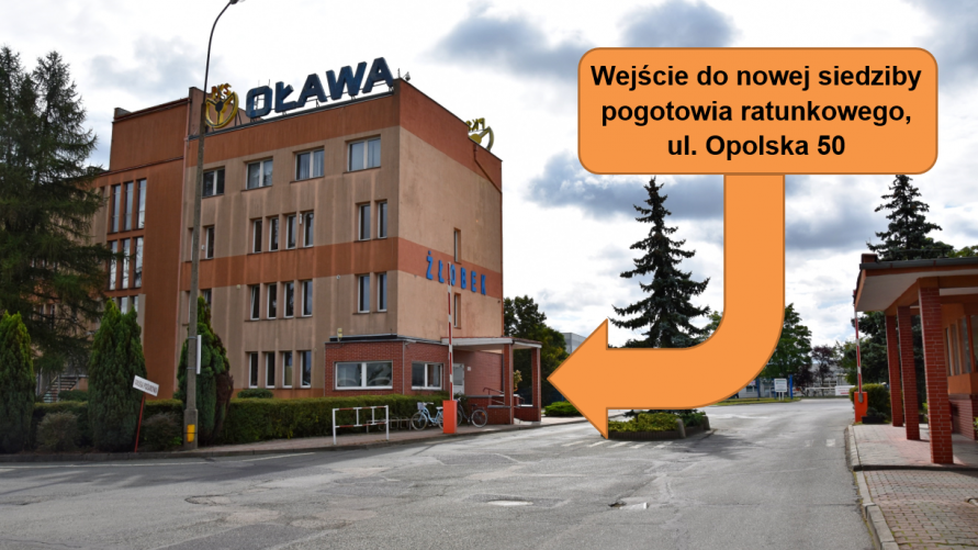 Na zdjęciu widzimy budynek po lewej stronie strzałkę z napisem - wejście do nowej siedziby pogotowia ratunkowego, ul. Opolska 50.