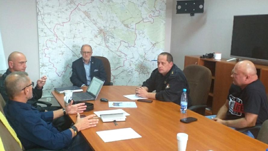 Siedziba Komendy Powiatowej Państwowej Straży Pożarnej w Oławie. Trwają ćwiczenia, dotyczące zarządzania kryzysowego, organizowane przez Starostę Oławskiego (w środku).