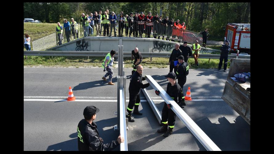 Strażacy montują zamknięcia szandorowe w Jelczu-Laskowicach, na drodze wojewódzkiej Nr 455.