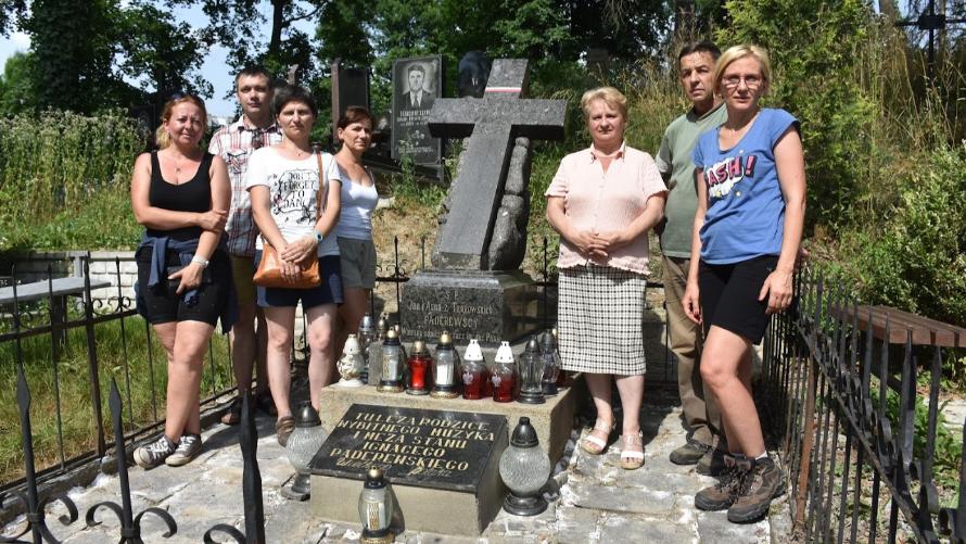 Polska delegacja przed nagrobkiem rodziców Ignacego Paderewskiego.