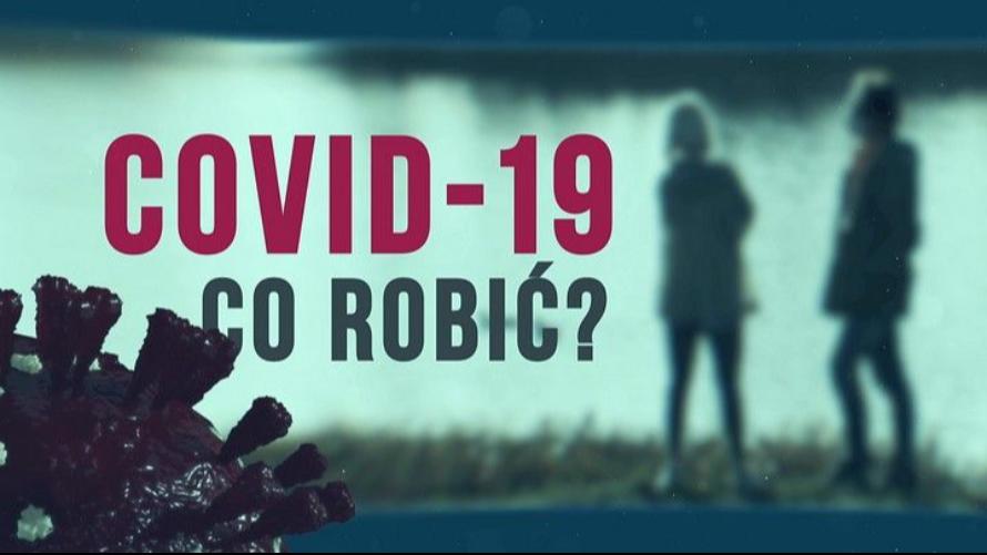 Plansza tytułowa filmu pt.: Covid-19 co robić? W tle zarysy dwóch postaci  oraz wizualizacja wirusa. Fot.: TVP3 Wrocław