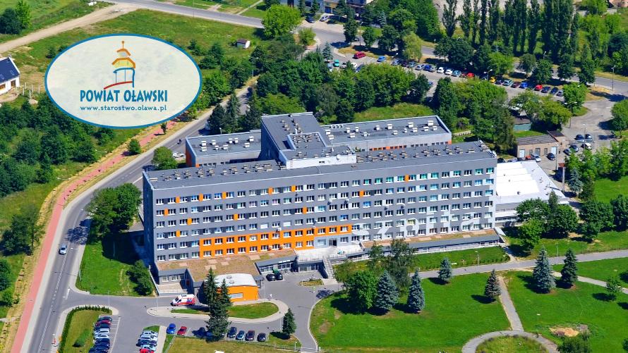 Szpital powiatowy w Oławie z lotu ptaka. Z lewej strony logo powiatu.