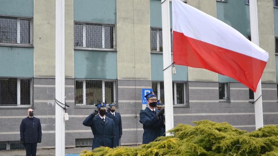 Asystę honorową podczas Dnia Flagi RP pełnili strażacy z KP Państwowej Straży Pożarnej w Oławie, którzy również wciągnęli flagę na maszt. W uroczystości uczestniczyli Starosta Oławski Zdzisław Brezdeń oraz Komendant KP PSP w Oławie Bartłomiej Marcinów.