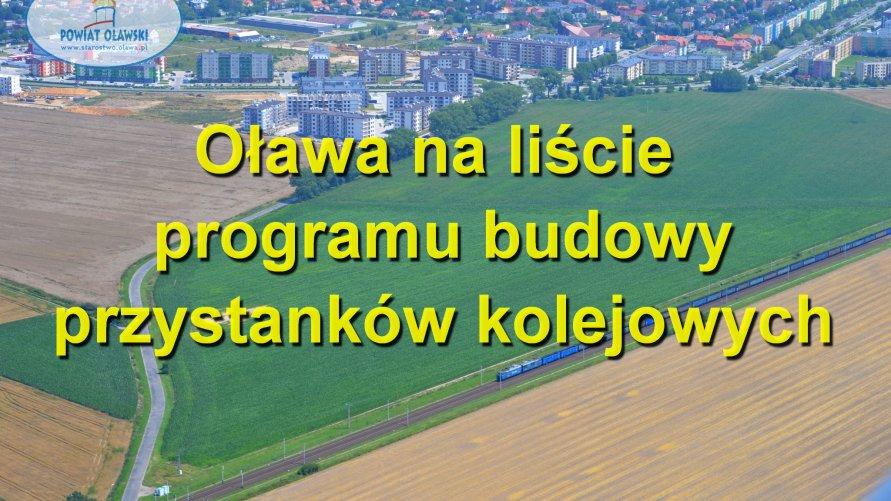 """W tle panorama Oławy. Widać budynki, tory i pociąg. Na pierwszym planie napis """"Oława na liście programu budowy przystanków kolejowych""""."""