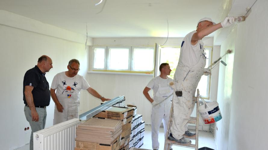 Wicestarosta Witold Niemirowski w budynku byłego internatu, w którym trwa przebudowa, mająca na celu dostosowanie obiektu na potrzeby Powiatowego Centrum Pomocy Rodzinie w Oławie.
