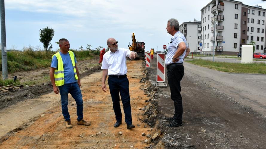 Starosta Zdzisław Brezdeń i Wojciech Drożdżal - kierownik PZD spotkali się w miejscu realizowanego przedsięwzięcia, przy ul. Zacisznej  w Oławie, z przedstawicielami Przedsiębiorstwa Robót Drogowo-Mostowych.