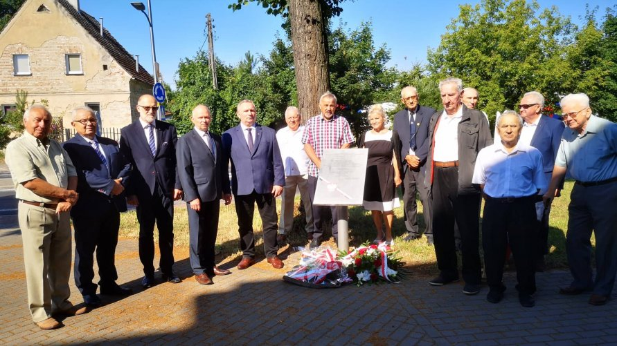 Uroczystości przed tablicą pamiątkową przy Rondzie Kresowym w Oławie. Uczestniczą przedstawiciele samorządów z powiatu oławskiego, a także oławskich stowarzyszeń - Miłośników Kresów Wschodnich i Sybiraków.