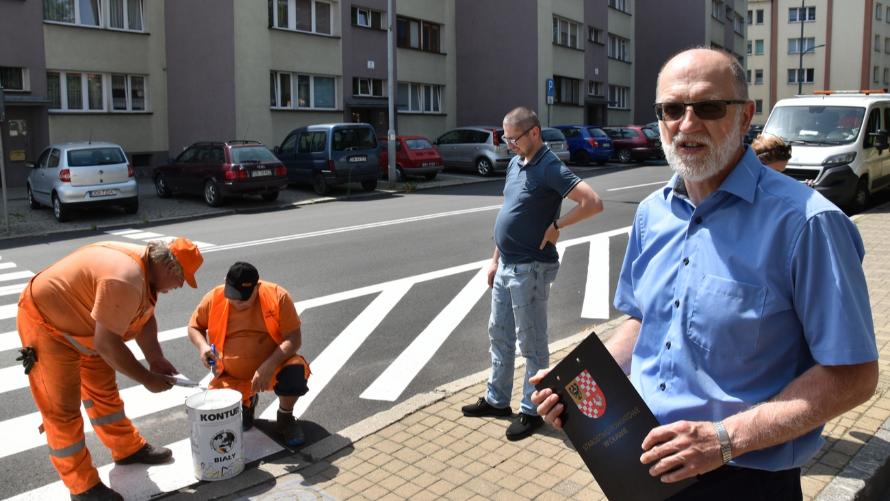 Otwierający akcję społeczną na drogach powiatowych starosta Zdzisław Brezdeń spotkał się dziś z dziennikarzami przy przejściu dla pieszych obok LO im. Jana III Sobieskiego w Oławie, gdzie powstawał pierwszy piktogram.