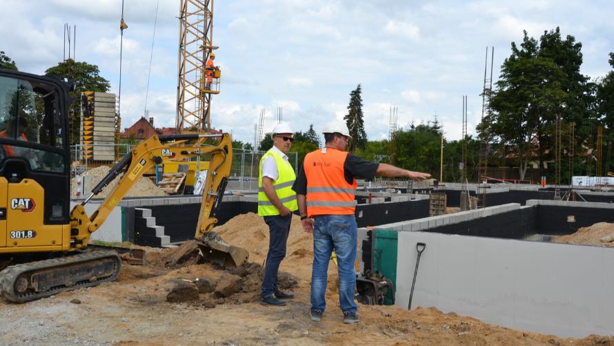 Wicestarosta powiatu oławskiego Witold Niemirowski spotkał się na placu budowy z przedstawicielami firmy realizującej inwestycję.