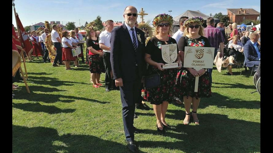 Starosta oławski Zdzisław Brezdeń z przedstawicielkami Koła Gospodyń Wiejskich w Domaniowie, twórczyniami wieńca dożynkowego, który zajął III miejsce w dolnośląskim konkursie.