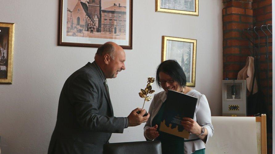 Wicestarosta Witold Niemirowski składa życzenia przedstawicielom oławskiego Koła Polskiego Związku Niewidomych.