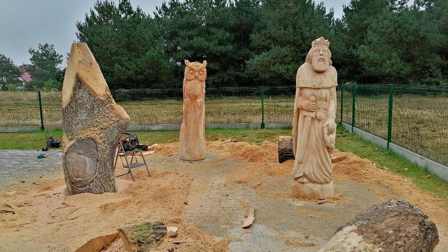 Na zdjęciu widzimy drewniane figury.