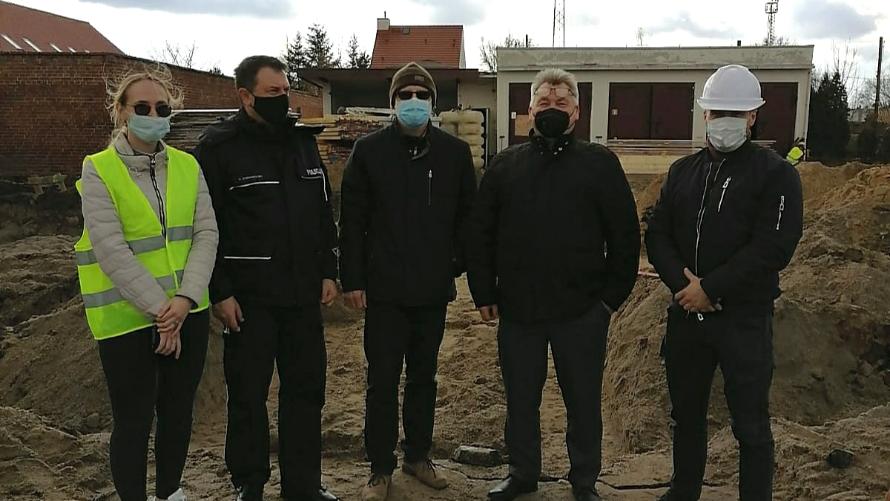Na terenie budowy nowego komisariatu w Jelczu-Laskowicach, w dniu 12 marca, spotkał się starosta Zdzisław Brezdeń z przedstawicielami oławskiej KPP oraz wykonawcy zadania.